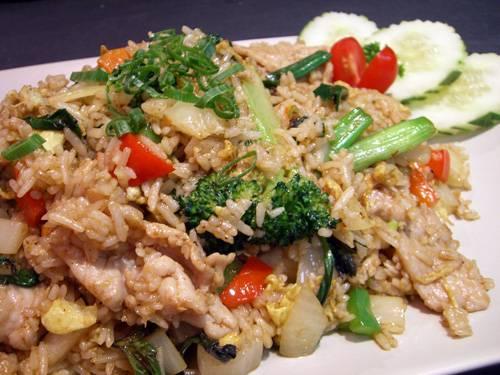 אורז מוקפץ עם חזה עוף וירקות ברוטב סויה