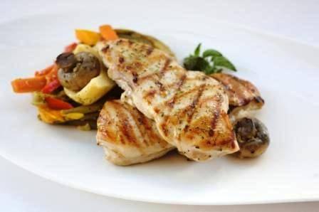 חזה עוף צלוי בשמן זית ואורגנו בתוספת קדירת ירקות