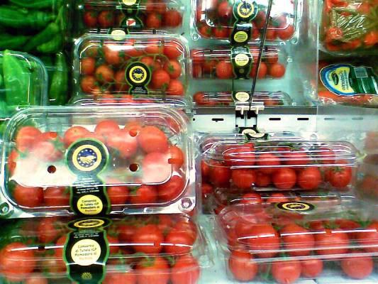סלט עגבניות בזיליקום וקשיו