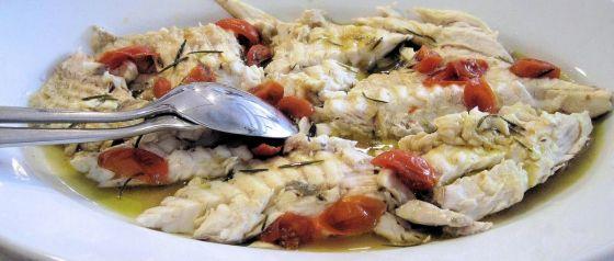 דגים אפויים בפלפלים ועגבניות