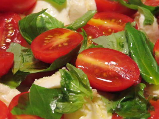 סלט עגבניות שרי עם בזיליקום