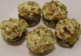 פטריות במילוי גבינות ברוטב פסטו ושמנת