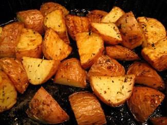 תפוחי אדמה צלויים בתנור ברוזמרין, שמן זית ותבלינים