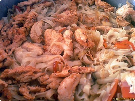 מוקפץ עוף ירקות ואטריות אורז