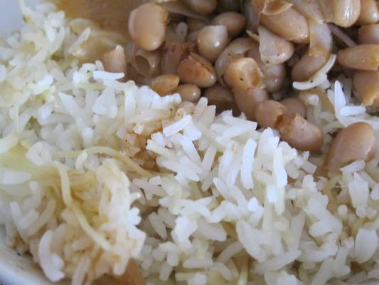 אורז עם אטריות דקיקות מטוגנות