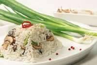סלט אורז סוגת קר עם פטריות ובצל ירוק