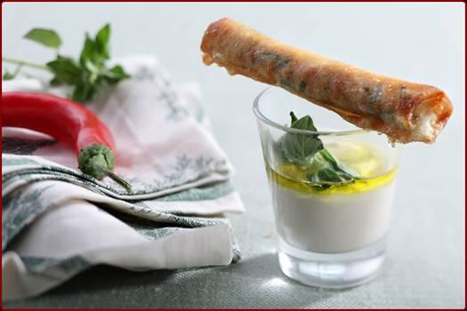 סיגר במילוי עוף, חומוס ושקדים קלויים מוגש עם שוט טחינה