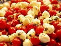 סלט עגבניות שרי וכדורי מוצרלה